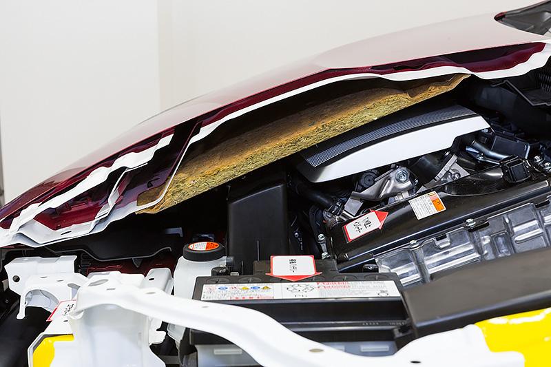担当者が苦労したというボンネットなどの配置。低いボンネットながらエンジンとの空間に余裕があり、衝突時の歩行者頭部保護を図る。ちなみにボンネットとリアゲートは軽量化のためにアルミ材を採用している
