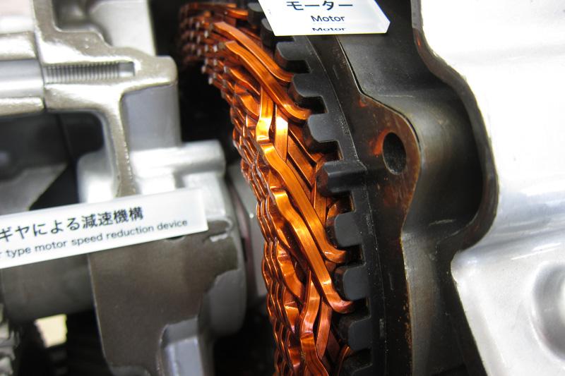 トヨタの呼称は新巻線だが、製造工程の簡易化、磁束密度の向上などのため、組み立て式を採用。アクアから採用された方式だが、アクアよりも効率改善されている