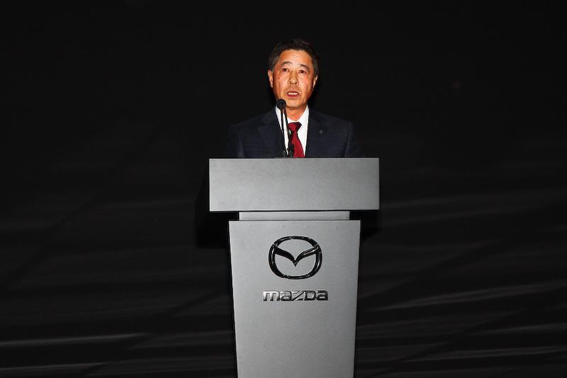 プレスカンファレンスでスピーチを行うマツダの小飼雅道社長