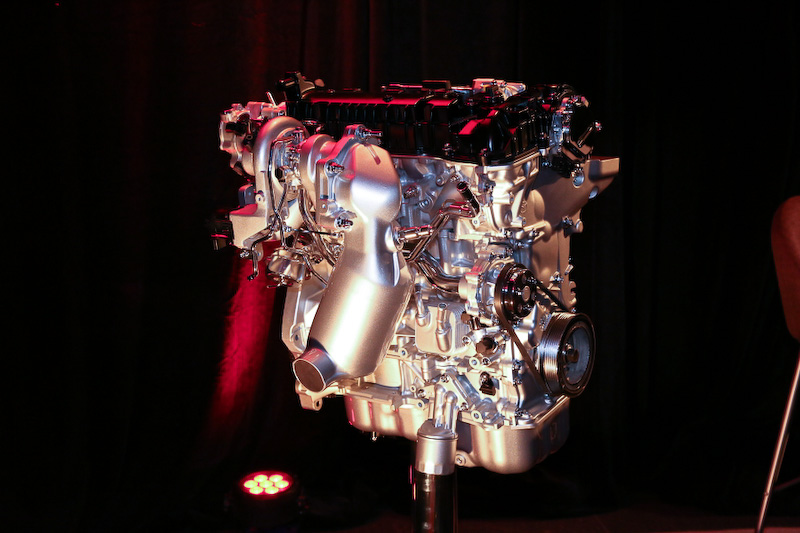 新規開発されたSKYACTIVーG 2.5T。CX-5などに採用されている直列4気筒2.5リッター直噴エンジンがベースとなる。圧縮比はターボエンジンとしては高めの10.5。ボア×ストロークは89.0×100.0mmとなる