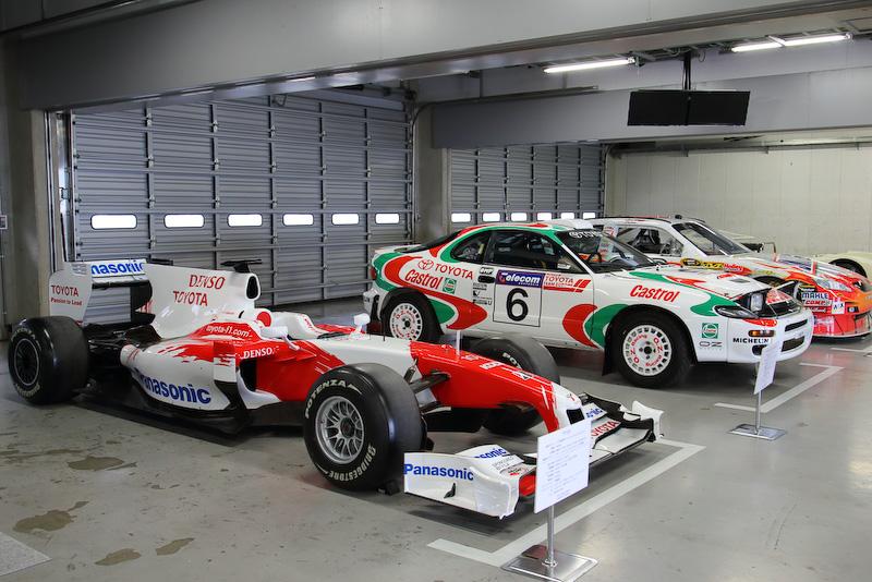 F1マシンは他のカテゴリーのマシンとともにピットガレージで展示