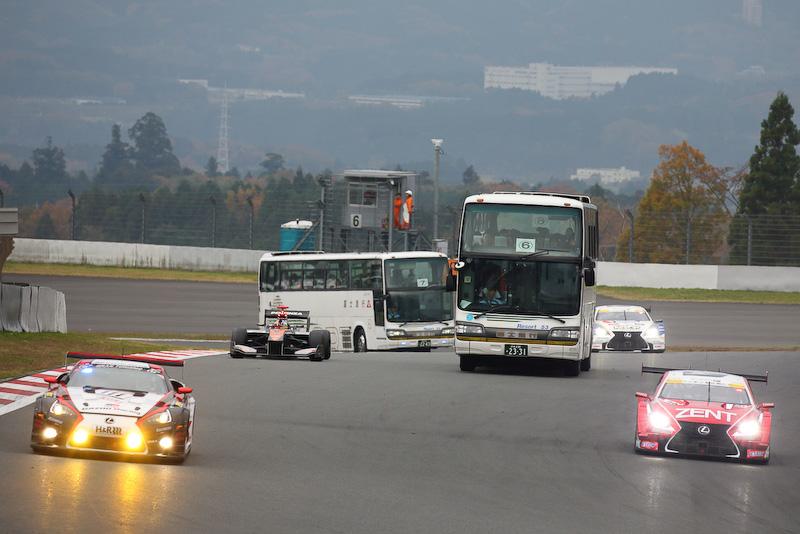 さまざまなカテゴリーのマシンが混走している中をバスから見学する恒例のサーキットサファリは大人気