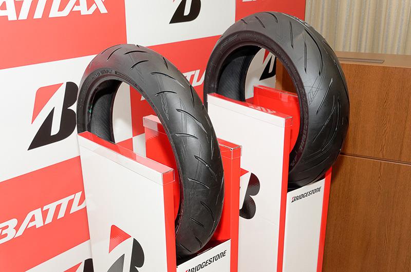 新型のS21。タイヤ表面に薄く掘られている模様は日本刀をイメージしたもの