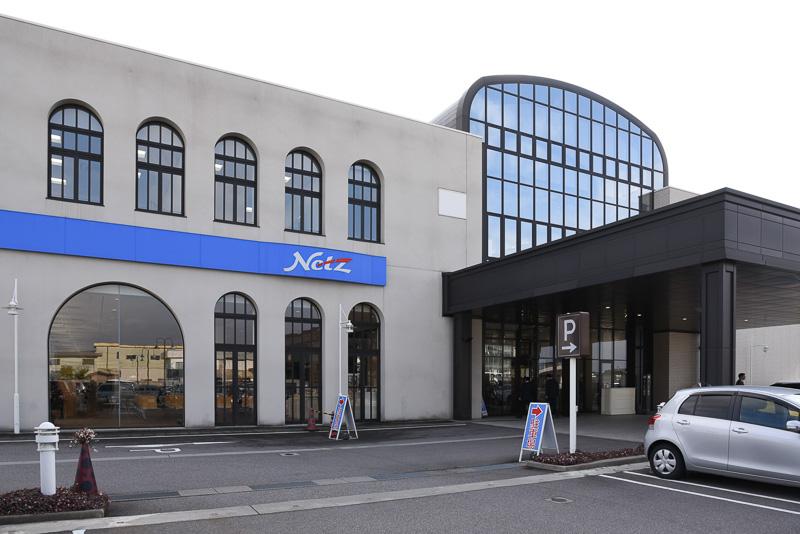 広大な敷地面積を持つ巨大ディーラー「ネッツトヨタ富山本店」。この本店会議室でキックオフミーティングが開催された