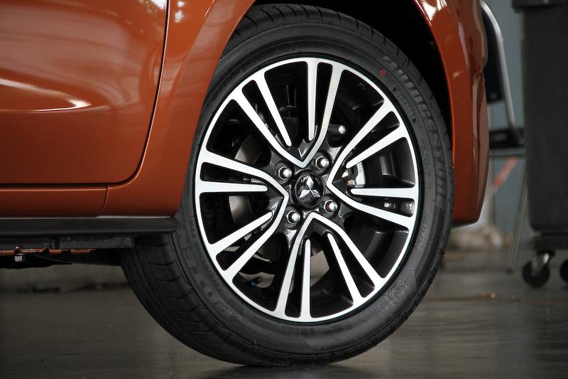 2016年型ミラージュでは前後バンパーの形状が変更されたほか、LEDポジションランプを組み込んだディスチャージヘッドライトを採用。ブラック塗装&切削光沢仕上げの15インチアルミホイールも新たに装備された
