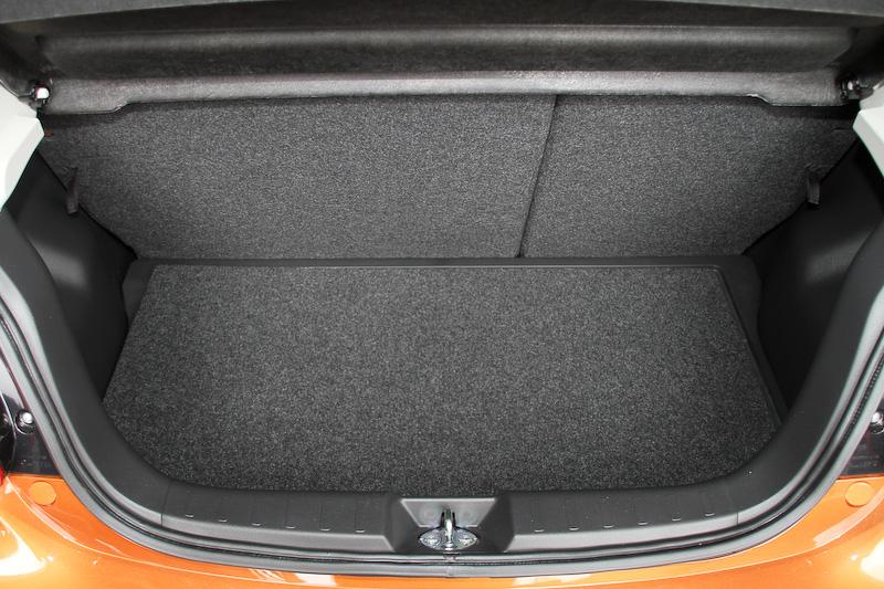 インテリアではピアノブラック&メッキ加飾を施した本革巻きステアリングを採用するほか、メッキリングをあしらったメーターを装備。ルームミラー付近には低車速域衝突被害軽減ブレーキシステム「FCM-City」などで利用するレーザーレーダーが備わった。そのほかラゲッジフロア下にはカーゴフロアボックスが新設されている