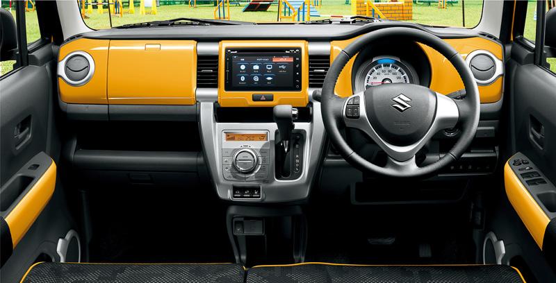 内装のカラーパネルはイエローを加え、オレンジ、ホワイトと合わせ3種類に増えた