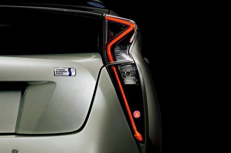 テールランプとストップランプをLED化したリアコンビネーションランプはシャープな発光に加え、上側が車両前方に伸びてリアビューのアクセントになっている。ハイマウントストップランプ、ライセンスランプなどにもLEDを採用