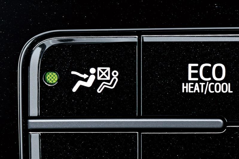 乗員のいる位置だけを空調を効かせる「S-FLOW」を備え、電動インバーターコンプレッサーを使用するオートエアコンを全車に標準装備