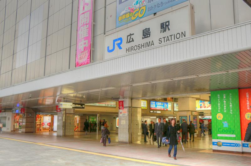 ランボルギーニ広島は広島駅から南へ約2km、広島市の中心部を東西に走る国道2号に面する。広島県の経済活動の中心地となるオフィス街にあり、中国・四国地区最大の商業地域へも隣接するアクセスのよいロケーションにある。広島駅から、広島電鉄5系統(広島港[宇品]行)に乗り、約10分の [比治山橋] で降車した後、徒歩7分程度。