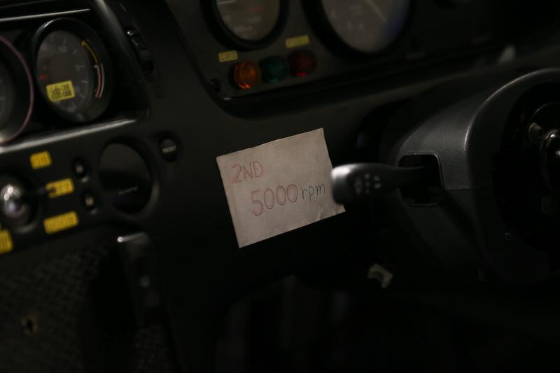 写真の資料、ステッカー類は当時のもの。助手席側の天井にはコース図が貼られていて、コースアウトした際などにドライバーが場所の確認のために使ったという