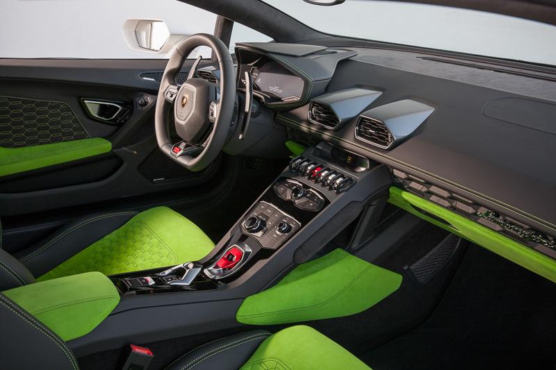 特徴的なデザインのスイッチ類をレイアウトしたセンターコンソール。エンジンのスタータースイッチには赤く塗装したカバーを用意。誤操作を防ぐとともに、カバーを開ける手順を儀式的に演出している