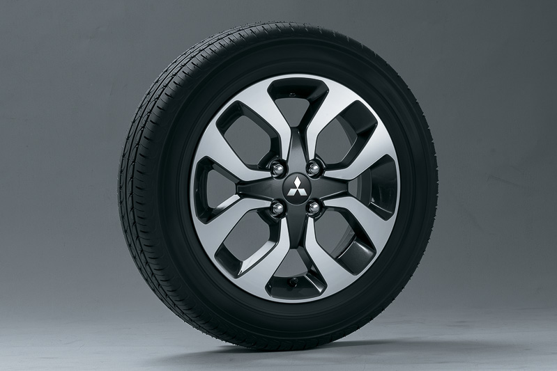 タイヤサイズは全車165/65 R15。写真のアルミホイールはカスタム専用の8本スポークタイプ