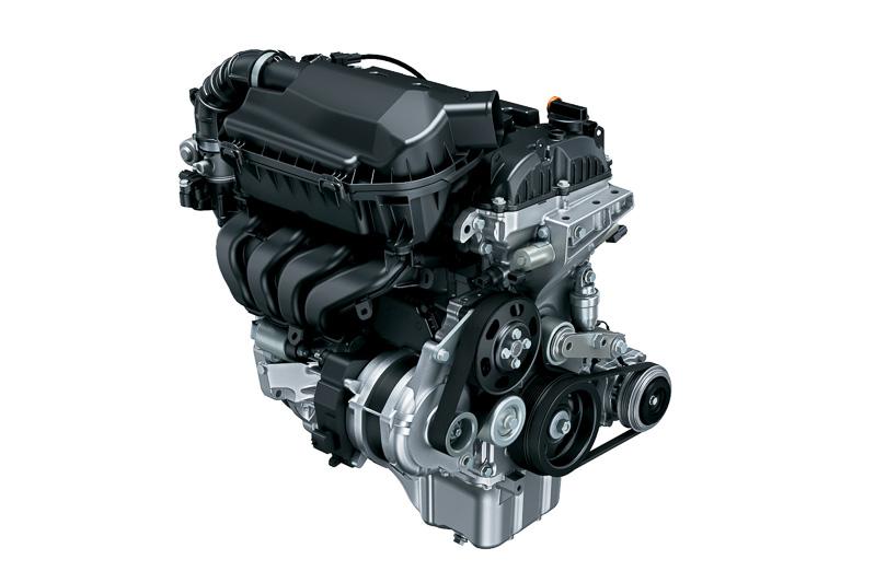 新開発の「K12C」型エンジン(左)は最高出力67kW(91PS)/6000rpm、最大トルク118Nm(12.0kgm)/4400rpmを発生。「WA05A」型モーター(中央)と組み合わせるマイルドハイブリッドシステムにより、2WD(FF)車で27.8km/L、4WD車で23.8km/LのJC08モード燃費を実現