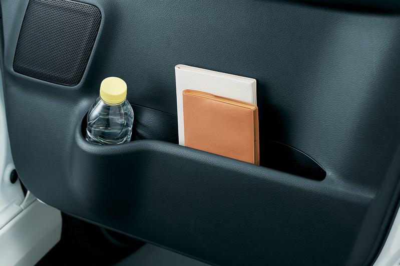 車内には豊富な収納スペースを用意して使い勝手を高めている