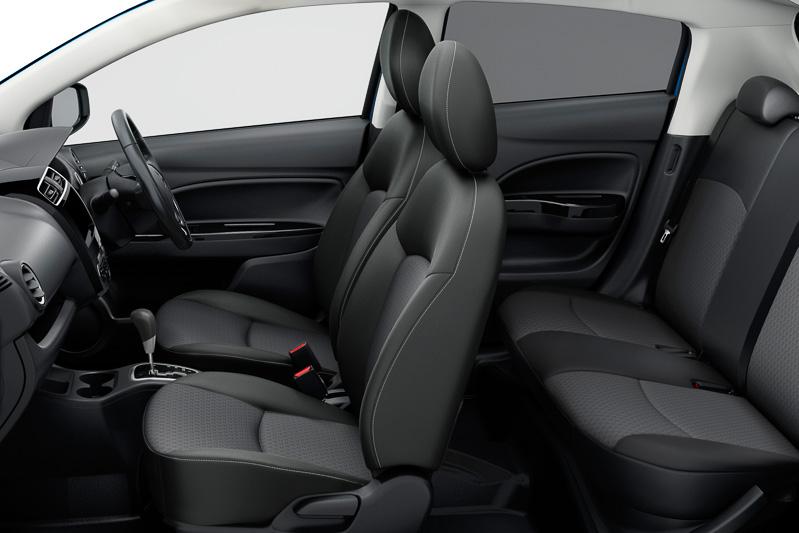 Gグレードのインテリア。内装色はブラック。シートの側面にステッチが入る。ステアリングとシフトノブは本革巻き