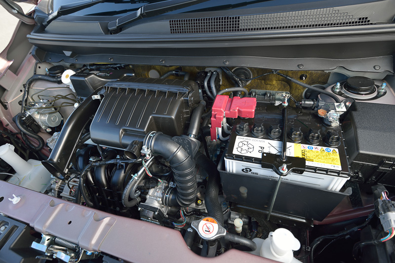 「3A92」型エンジンは最高出力57kW(78PS)/6000rpm、最大トルクは100Nm(10.2kgm)/4000rpmのスペックは不変だが、AS&Gに追加した「コーストストップ機能」、低フリクションタイプのタイミングチェーンの採用などによってJC08モード燃費を25.4km/Lに高めた