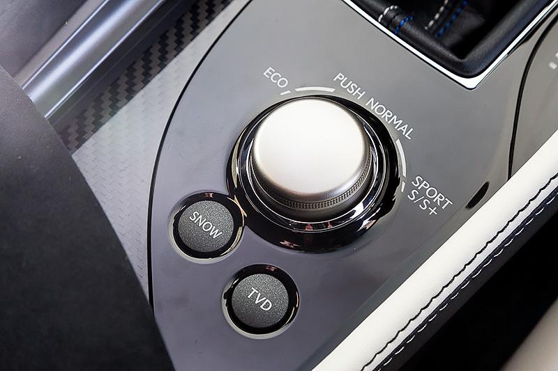 シフトレバーの後方に「ドライブモードセレクト」の切り替えダイヤルとTVDのスイッチを配置。ドライブモードセレクトではスロットル特性を穏やかに設定した「ECO」、燃費性能/静粛性/運動性能のバランスを取った「NORMAL」、アクセルレスポンスを高めてスポーティ走行に適したギヤに変速することが可能な「SPORT S」、「SPORT S」よりもさらに早いタイミングのシフトダウンと、より高いエンジン回転をキープする「SPORT S+」の4モードが用意される。加えてTVDでも「スタンダード」「スラローム」「サーキット」という3モードを設定し、エコドライブからサーキット走行まで幅広く対応