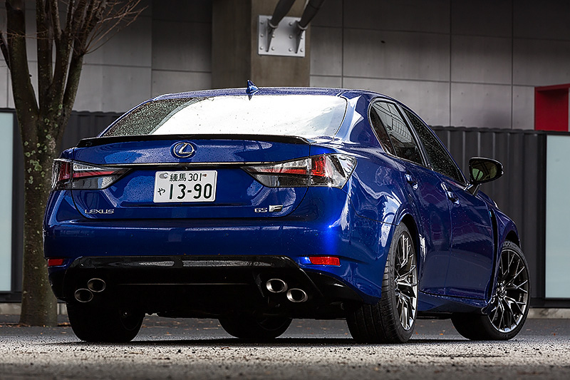 高性能スポーツセダンとして11月に発売された「GS F」。ボディサイズは4915×1855×1440mm(全長×全幅×全高)、ホイールベース2850mm。車両重量は1830kgとなっている。撮影車のボディカラーはヒートブルーコントラストレイヤリング。価格は1100万円