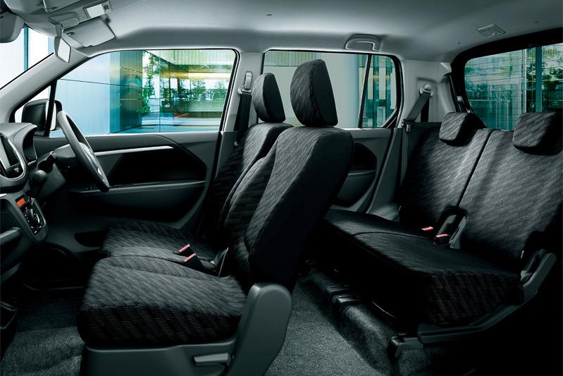 内装色が通常のダークグレーからブラック基調となり、シート表皮も専用品を採用