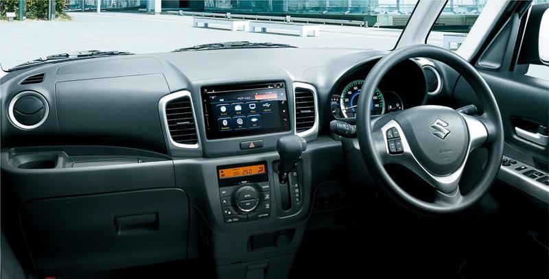 車内の装備ではチルトステアリング、ステアリングオーディオスイッチ、運転席シートリフターなどが追加されている