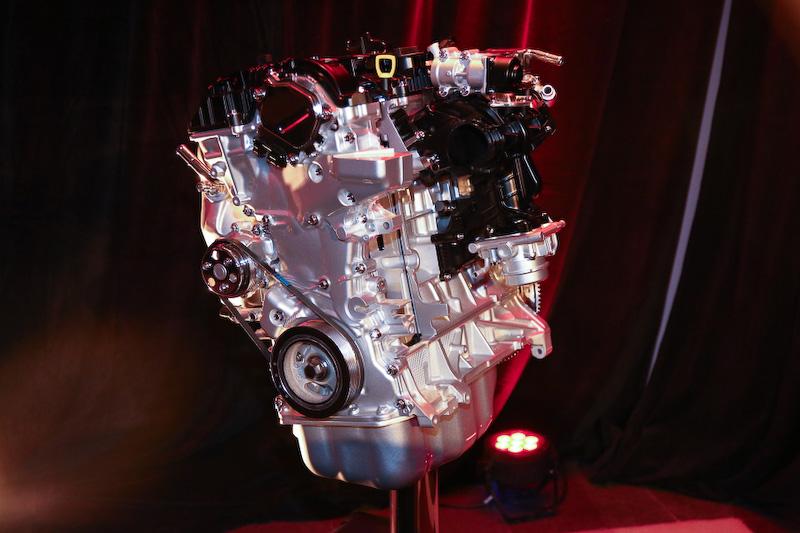 エンジンは新開発のSKYACTIVーG 2.5Tを搭載。オクタン価(AKI87)使用で、最高出力は227HP/5000rpm、最大トルクは420Nm/2000rpmを発生。ボア×ストロークは89.0mm×100.0mmで、圧縮比は10.5となっている