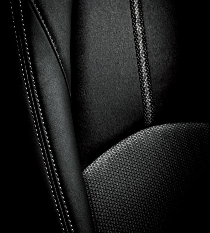 クロス/レザーのコンビネーションとなる専用シート。前席/後席左右のシート背もたれの前面、サイドサポート部内側、シート座面に本革が使われる
