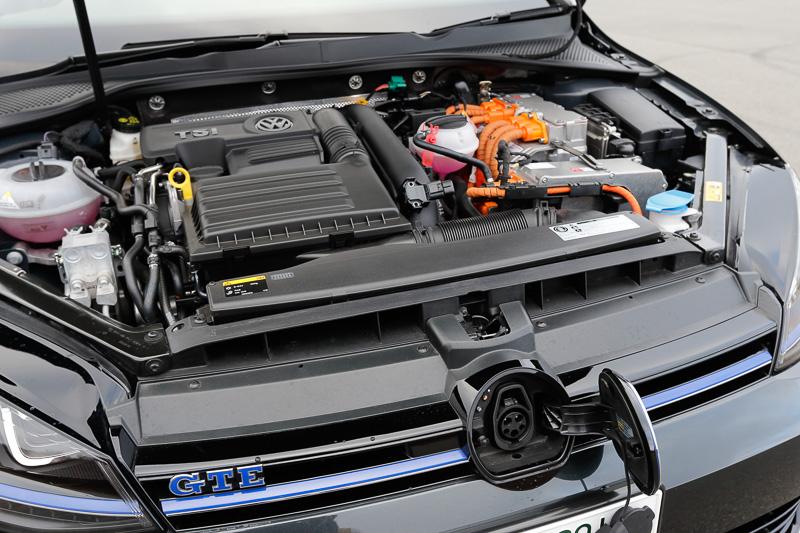 エンジンは直列4気筒1.4リッターターボ。電気モーターはエンジンとトランスミッションの間に入る