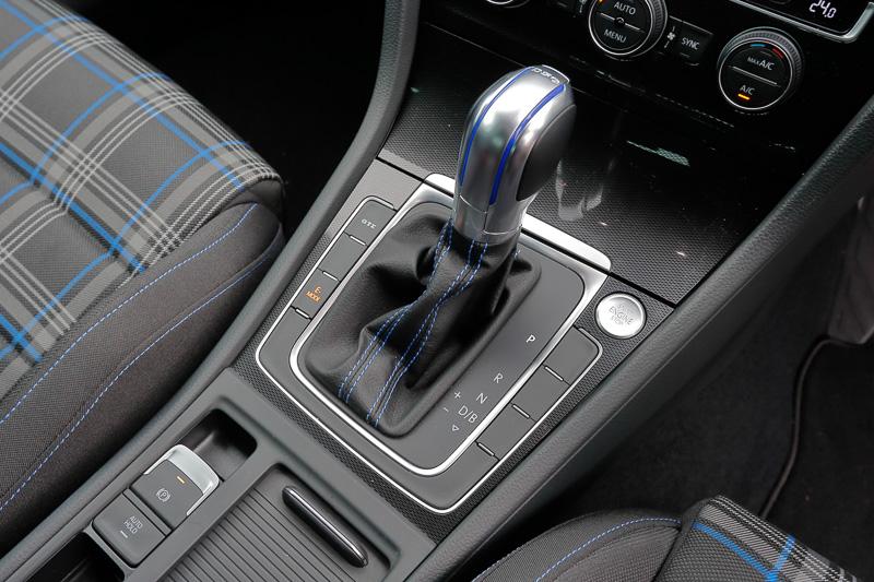 シフトレバーの左横には走行モード切替えボタンがある。「GTE」を押せば最大パワーで走行、「E-MODE」は電気モーターのみで走行。パーキングブレーキは電子スイッチ式