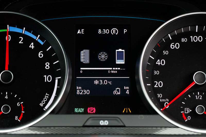 ガソリンエンジンと電気モーター、バッテリーの状態を表示