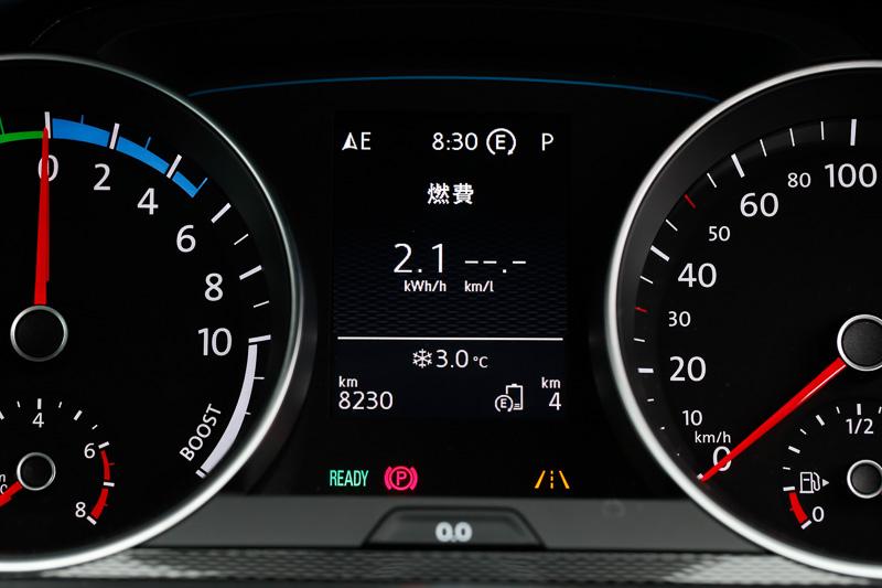 瞬間燃費状態を表示。電気とガソリンを両方表示できる