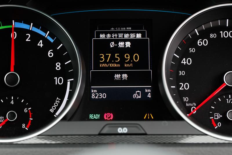 平均燃費を表示。試乗車で山坂道を走っているためわるい燃費を表示している
