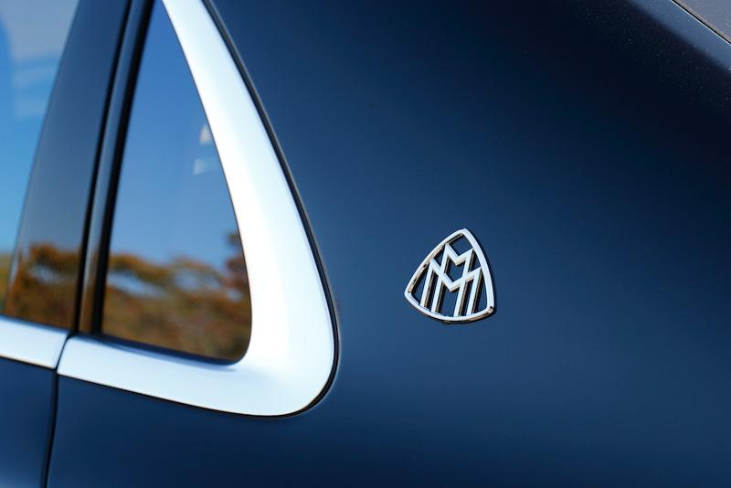 エクステリアではSクラスからリアドアの幅が66mm狭められるとともに、ヘッドクリアランスの拡大を目的にルーフラインの形状変更を実施。また、Cピラーに三角窓が移設され、ドア開口部よりも後方にリアシートが位置するレイアウトになっている。Cピラーに2つのMをあしらった「Maybach Manufaktur(マイバッハ・マヌファクトゥーア)」のエンブレムが備わるのも外観上の特徴。そのほかマイバッハ S 600のみフロントフェンダーに「V12」のエンブレムが与えられる