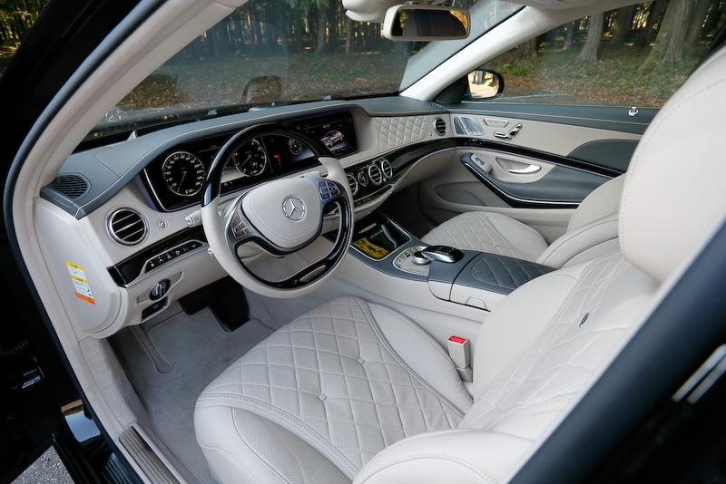 撮影車は後席左右独立シート、クーリングボックス、格納式テーブル(後席左右)、シャンパングラス(専用収納および台座付)をセットにした4名乗車仕様の「ファーストクラスパッケージ」(パッケージオプション)装着車