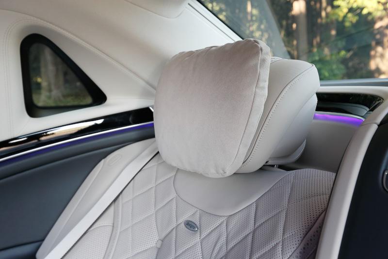 まさにショーファーカーと呼ぶに相応しいインテリア。後席では座面下からせり上がるレッグレストや、バックレストが43.5度までリクライニングする「エグゼクティブシート」を採用。左右のフロントシート背面には10インチ大画面モニターが備わり、ワイヤレスヘッドホンを使ってテレビや映像を楽しめる「リアエンターテインメントシステム」、ホットストーン式マッサージ機能を含む6種類のマッサージプログラムなどを標準装備する。シャンパングラスはドイツの高級銀食器メーカー「ROBBE & BERKING(ロベ アンド バーキング)」が専用に製作したもの(オプション)。そのほかシートベルト幅を約3倍に膨張させる「SRSベルトバッグ」を装着するなど、安全装備にも抜かりはない