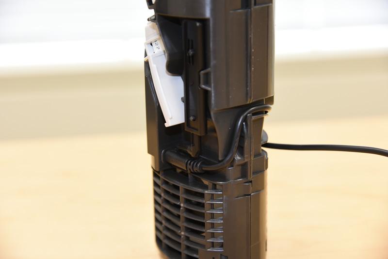 電力はUSBケーブルにより供給されている。内部的にもコネクタで接続