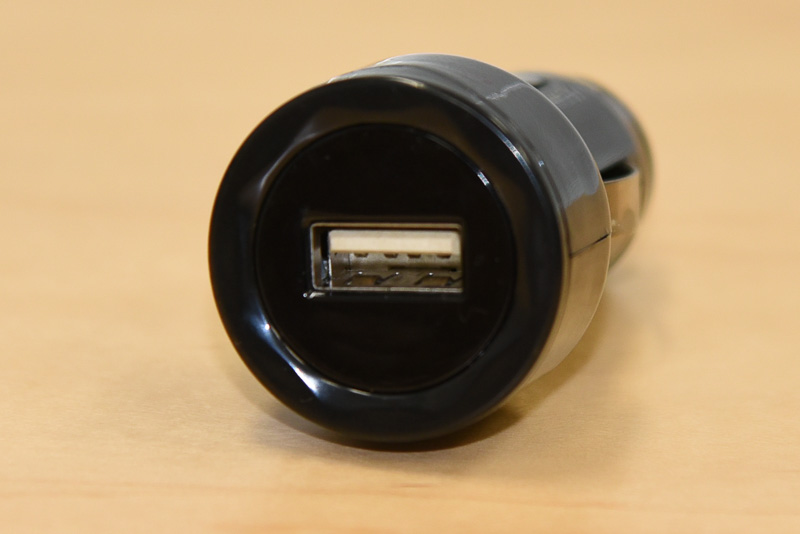 製品に同梱される5V/1.0AのUSBカーアダプター。12V車用となる