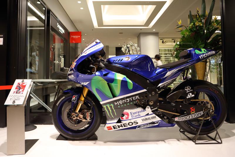 会場内に展示されている2015年のMotoGPチャンピオンマシン ヤマハ YZR-M1(ホルヘ・ロレンソ号)