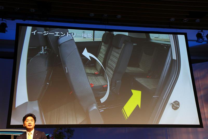 3列目へのイージーエントリー機能を採用。ワンタッチでシートが倒れる