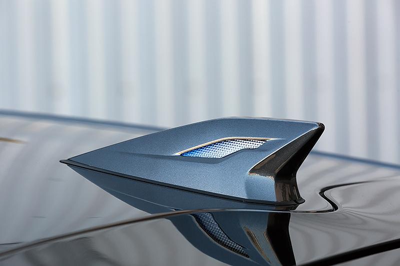 スモールランプに連動したLEDランプを内蔵するLEDトップノットアンテナ