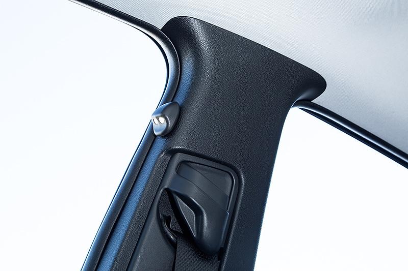 LEDスマートフットライトはセンターピラー上部に取り付け、足下を淡く照らして夜間の乗降性を高める