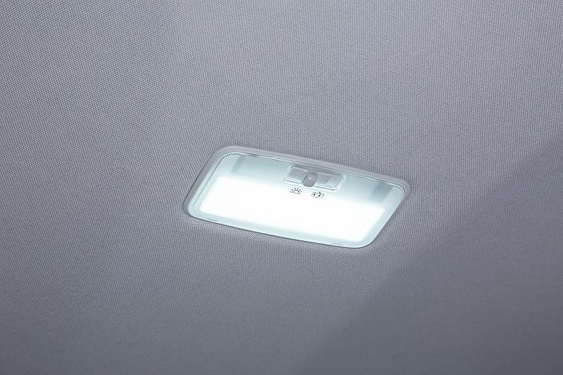 面発光タイプのLEDルームランプセット。ルームランプのほかマップランプ、バニティランプ、ラゲージルームランプもセットになる