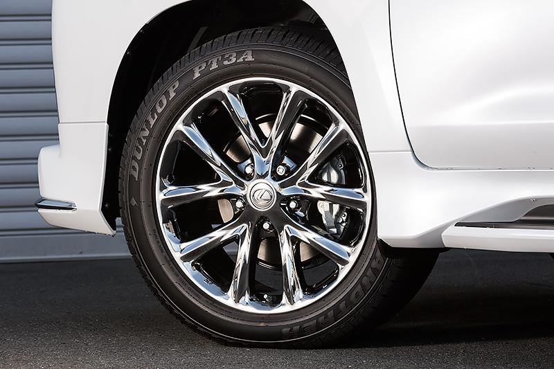 スーパーブライトクロームの21インチアルミホイール。タイヤはダンロップ・グラントレックPT3Aで、サイズは275/50 R21