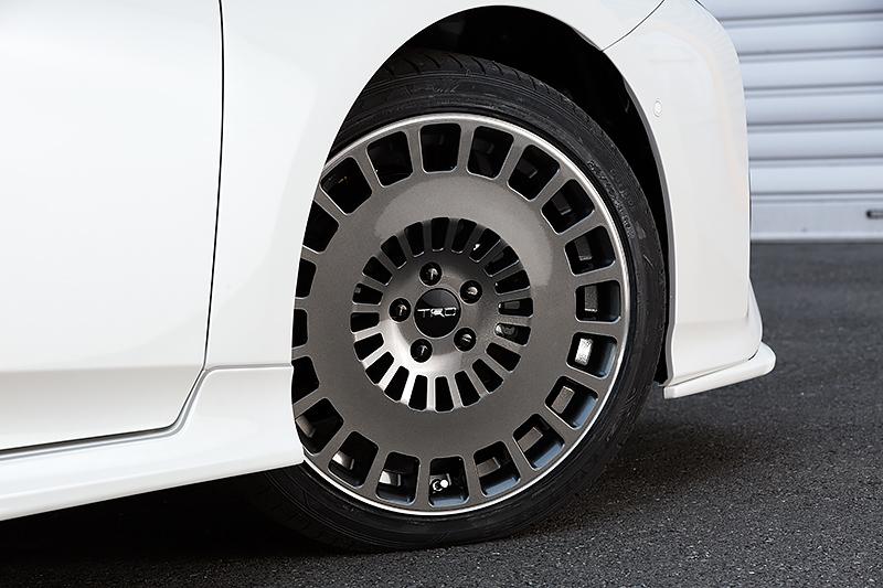 ディッシュ系デザインの18インチアルミホイール「TRD TF8」&タイヤセット