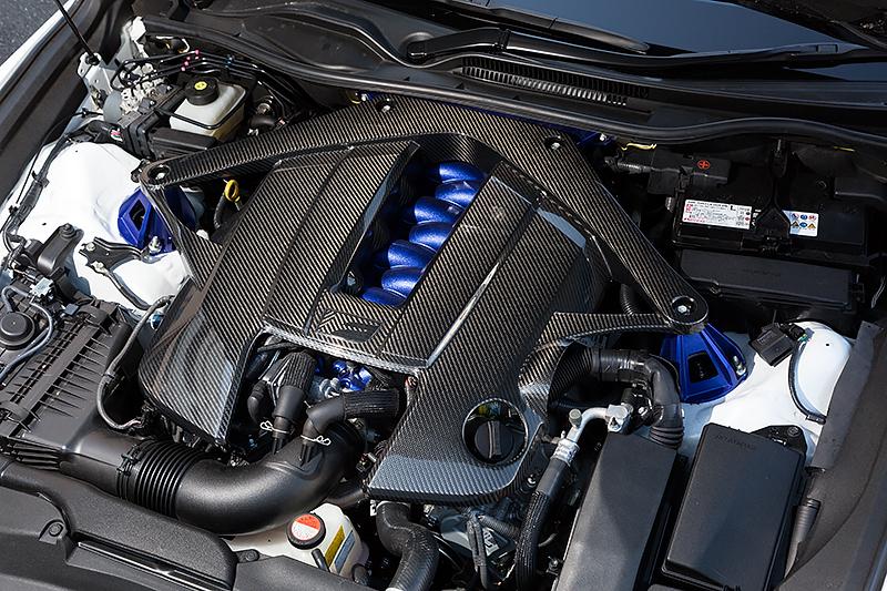 エンジンカバーと一体化したエンジンコンパートメントブレースVバンクカバー