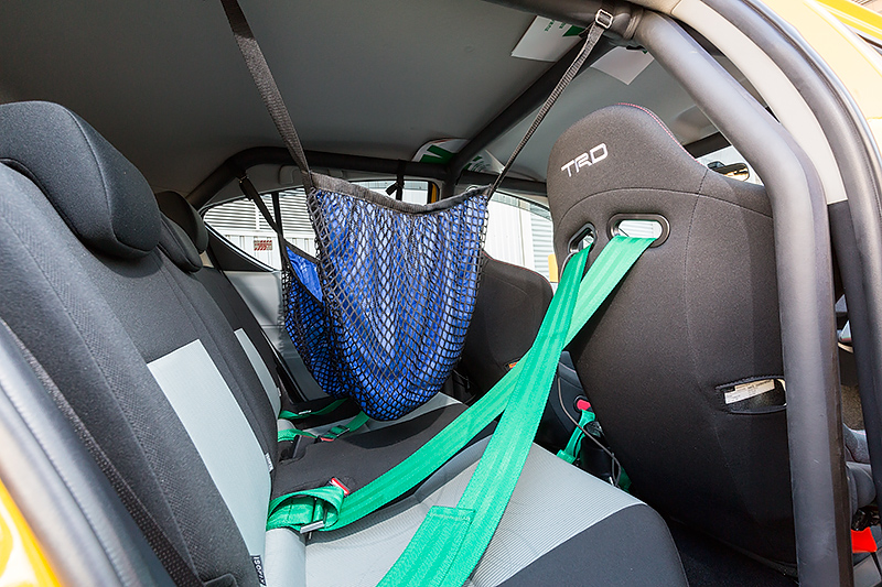 ラリー中のリエゾン区間の走行時などにヘルメットやグローブなどを一時的に収納しておくレーシングネット