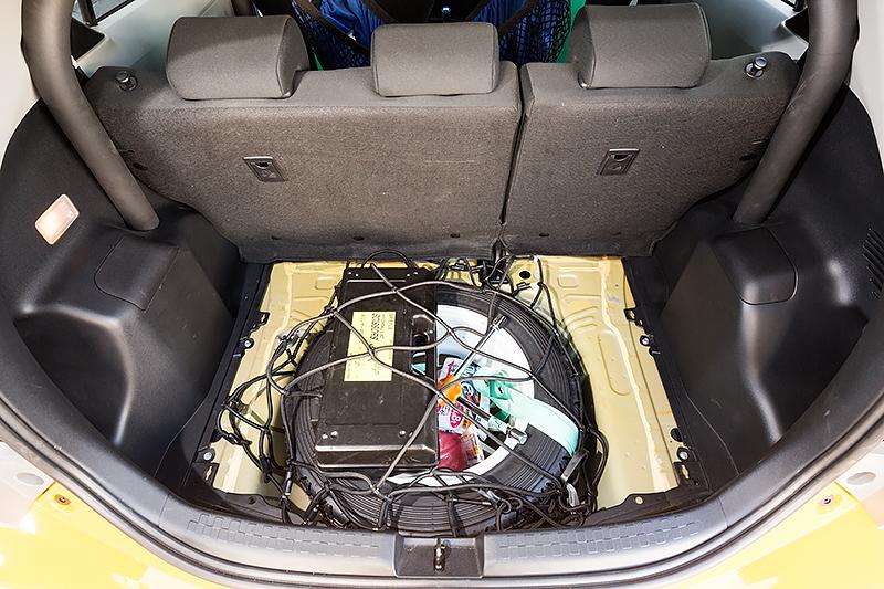 ラリーに出るために必要なジャッキや十字レンチといったツール類をコンパクトに収納できる
