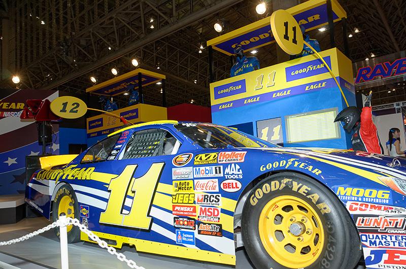 NASCARをモチーフにした、レースの臨場感が伝わってくるかのようなセット