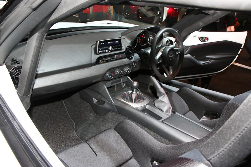 車内にはロールケージやバケットシートなどを専用装備