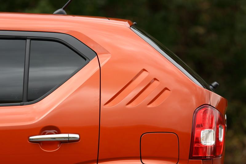 アルトと共通性のあるイメージのリアドア周辺の形状。エアアウトレット風の造形は、古くは1970年代のフロンテ クーペやセルボのスタイルを由来とする